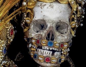 Ludzkie szkielety zdobione cennymi klejnotami