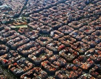 Zdjęcia lotnicze ukazują niezwykły układ przestrzenny jednej z dzielnic Barcelony