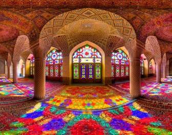 Wnętrze tego meczetu jest jak jeden wielki kalejdoskop