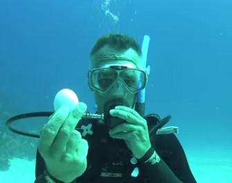 Co się stanie z surowym jajkiem, kiedy zostanie rozbite 20 metrów pod wodą?