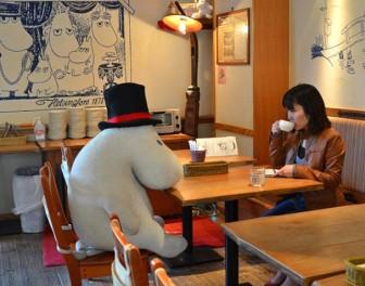Tymczasem w Japonii: pluszowe Muminki dotrzymują towarzystwa samotnym ludziom w restauracjach