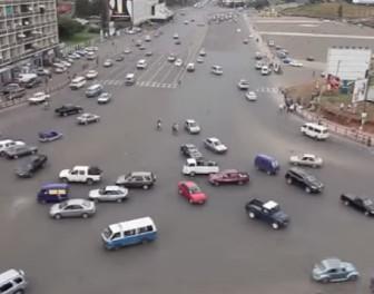 Oto jak funkcjonuje afrykańskie mega skrzyżowanie pozbawione sygnalizacji świetlnej