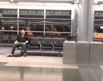Mężczyzna utknął na pustym lotnisku – z nudów zrobił coś naprawdę fajnego