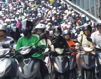 Monstrualny korek uliczny składający się z samych skuterów