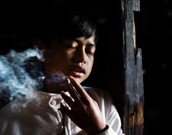 Sugestywne zdjęcia ukazują problem nałogowego palenia papierosów wśród indonezyjskich dzieci