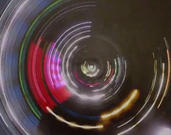 Psychodeliczne wideo nakręcone kamerą przymocowaną do koła jadącego samochodu