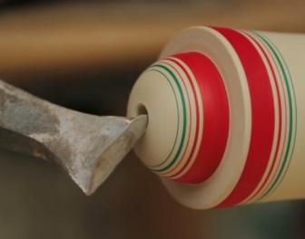 Relaksujące wideo pokazuje, jak drewniany klocek przemienia się w rękach mistrza w tradycyjną japońską lalkę kokeshi