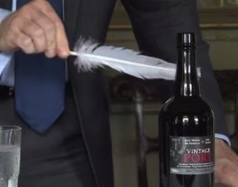 Ciekawy sposób otwierania starego wina