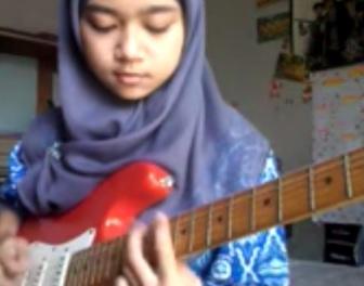 15-letnia muzułmanka z Indonezji daje czadu, grając na gitarze heavy metal
