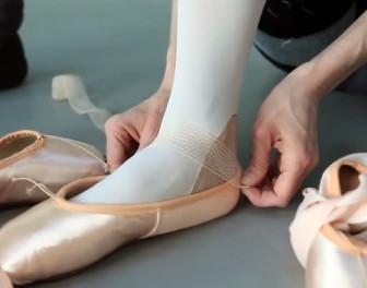 Oto jak baletnice przygotowują swoje baletki przed występami