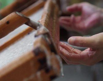 Tak powstaje washi – tradycyjny, ręcznie robiony papier japoński